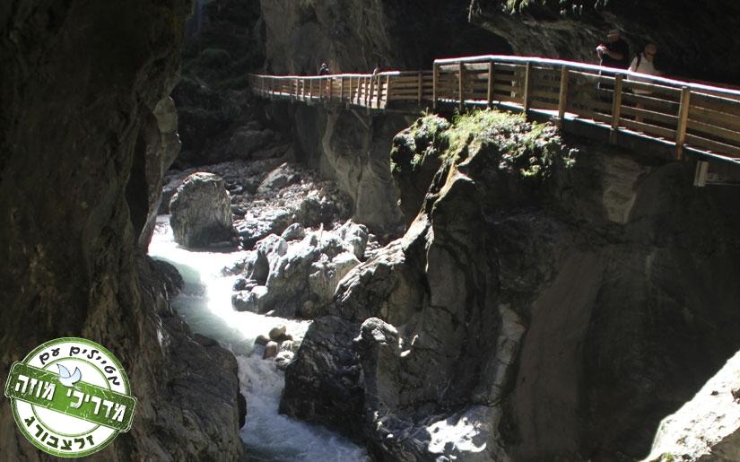 הליכה על גשרוני עץ לאורך הנקיק של ליכטנשטיין קלאם